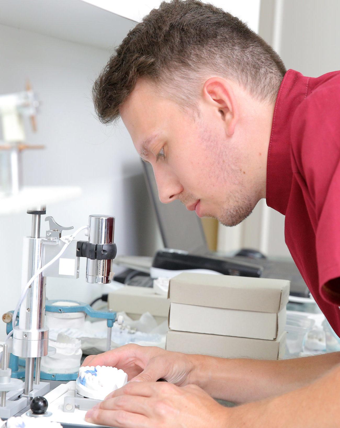 A fogszabályozáshoz szükséges összes fogtechnikai munkát helyben, rövid idő alatt garanciával el tudjuk végezni.